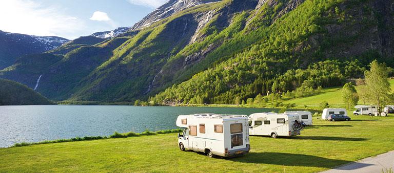 Camper parken an einem See