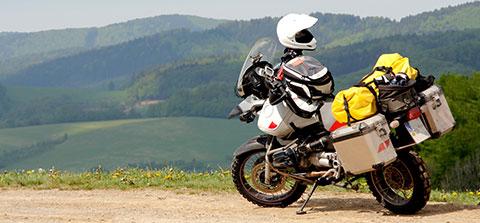 Motorrad mit Urlaubsgepäck in bergiger Landschaft
