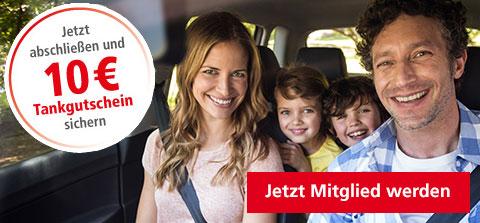 Familie im Auto auf dem Weg in den Urlaub