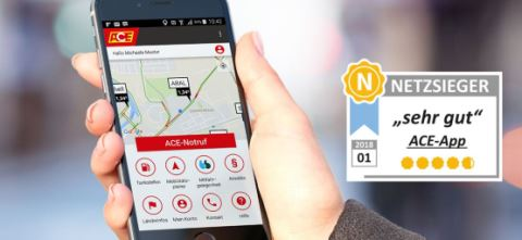 Handy mit ACE-App in der Hand