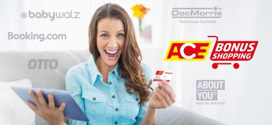 Frau sitzt vor Tablet und freut sich über das Bonus-Shopping