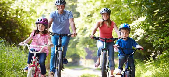 Eine Familie macht einen Fahrradausflug