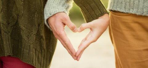 Paar geht Hand in Hand