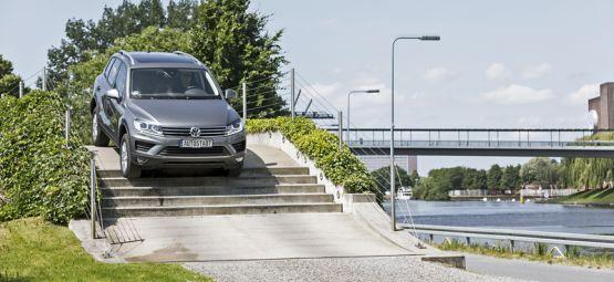 Trainingsparcour mit einem VW Tourag in der Autostadt Wolfsburg