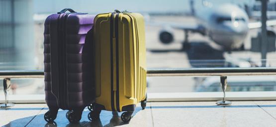 alleinstehendes Gepäck an einem Flughafen