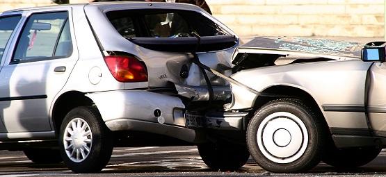 Autounfall zwischen zwei silbernen Fahrzeugen