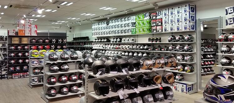 Innenansicht eines Motorrad-Ecke-Shops auf dem Helme und Zubehör für Motorräder zu sehen ist