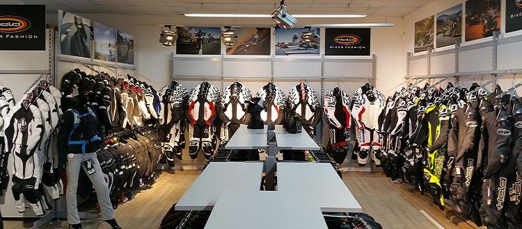 Innenansicht eines Motorrad-Ecke-Shops auf dem Motorradbekleidung und Zubehör für Motorräder zu sehen ist