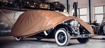 Schwarzer Oldtimer mit Fahrzeuggarage von softgarage abgedeckt