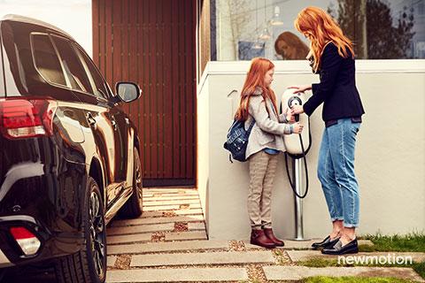 Mutter und tochter laden ein E-Auto