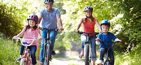 Familie macht eine Ausfahrt auf dem Fahrrad