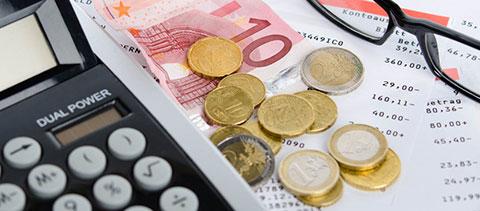 Kontoauszüge, Geld und ein Taschenrechner