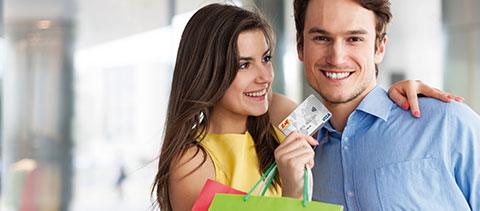 Frau freut sich über Ihren Einkauf mit Kreditkarte