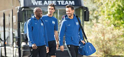 3 Fußballer kommen vom Tourbus