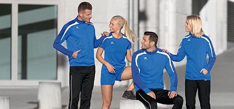 4 Menschen unterhalten sich nach dem Sport