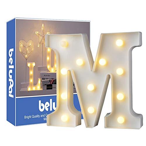Luci LED decorative a forma di lettere dell'alfabeto, colore bianco, alimentate a batteria, per decorazione di casa, matrimoni, feste, reception, bar (lettera M) - 1
