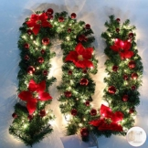 Queta Ghirlanda Natalizia, Ghirlanda di Abete Decorazione Natalizia con Fiori Bellissime lampade Decorazione Natalizia per Scale, pareti, Porte 2.7m (Rosso) - 1