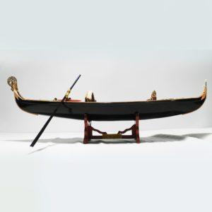 Handgefertigtes Schiffsmodell aus Holz einer venetianischen Gondel