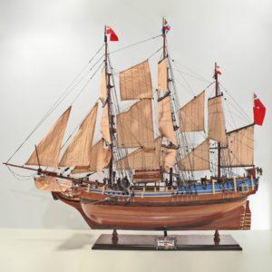 Handgefertigtes Schiffsmodell aus Holz der HMS Bounty