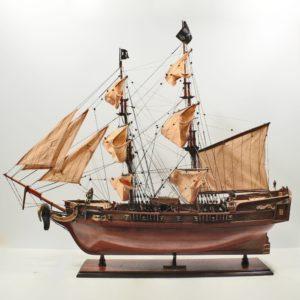 Handgefertigtes Schiffsmodell aus Holz eines Piratenschiffes