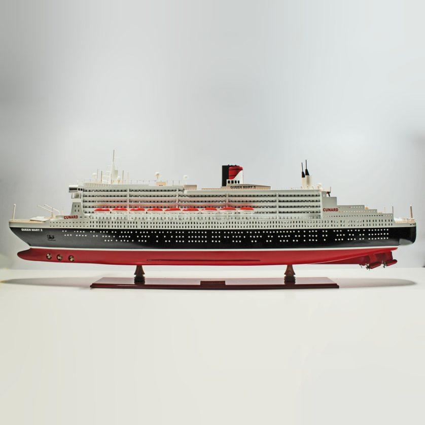 Handgefertigtes Schiffsmodell aus Holz der Queen Mary 2