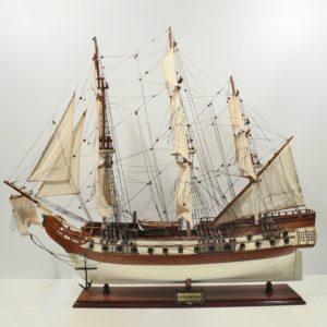 Handgefertigtes Schiffsmodell aus Holz der USS Bonhomme Richard