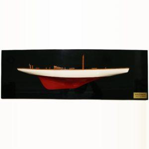 Handgefertigtes Schiffsmodell aus Holz der Ranger (weiß, rot, Halbmodell, schwarzer hintergrund)