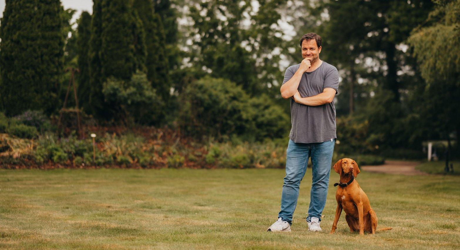 Mann mit Hund, Martin Rütter, Garten, Natur