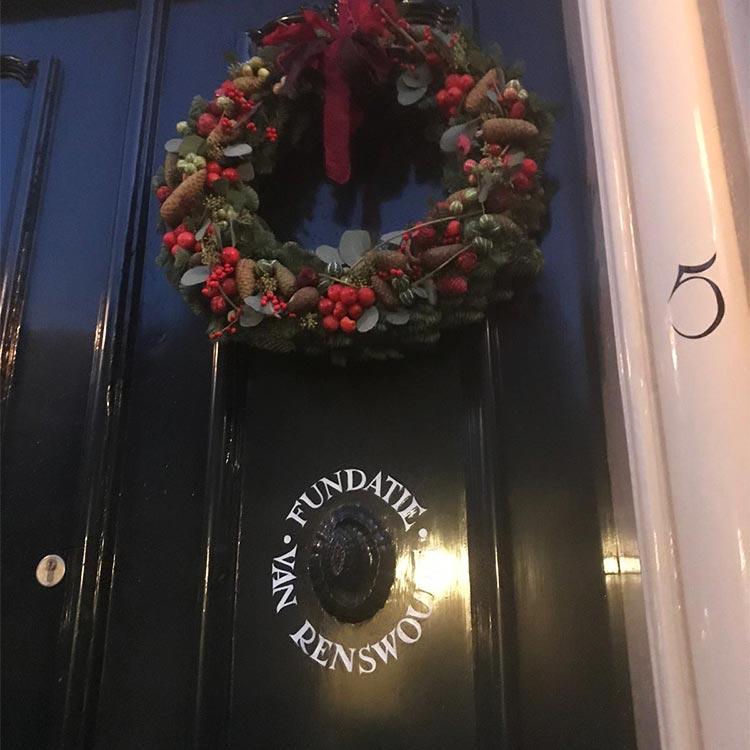 De voordeur van het Fundatiegebouw in de decembermaand