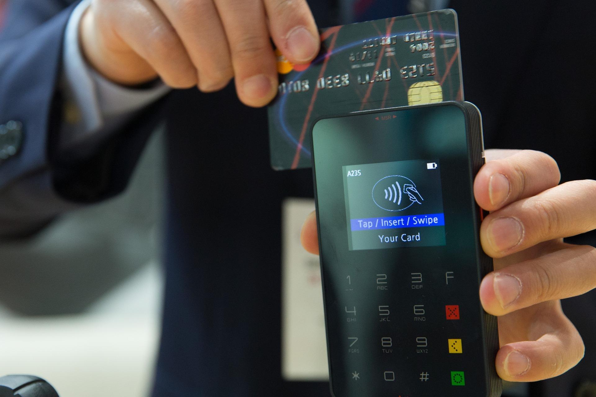 Bargeldlose Zahlungsmethoden werden in Folge der Coronakrise immer beliebter. Sehr zu Freude der Banken, die von den Gebühren der Händler für diese Leistung profitieren.