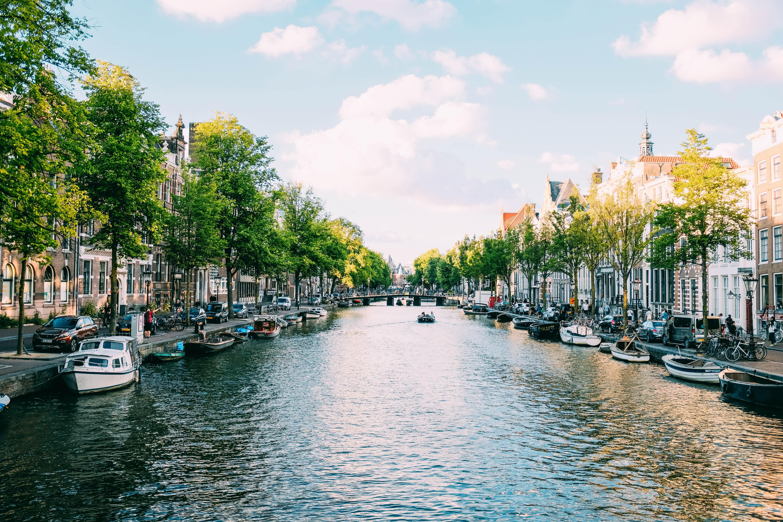 Die niederländische Hauptstadt Amsterdam gehört nun zu den Gebieten für die nun eine Reisewarnung gilt.