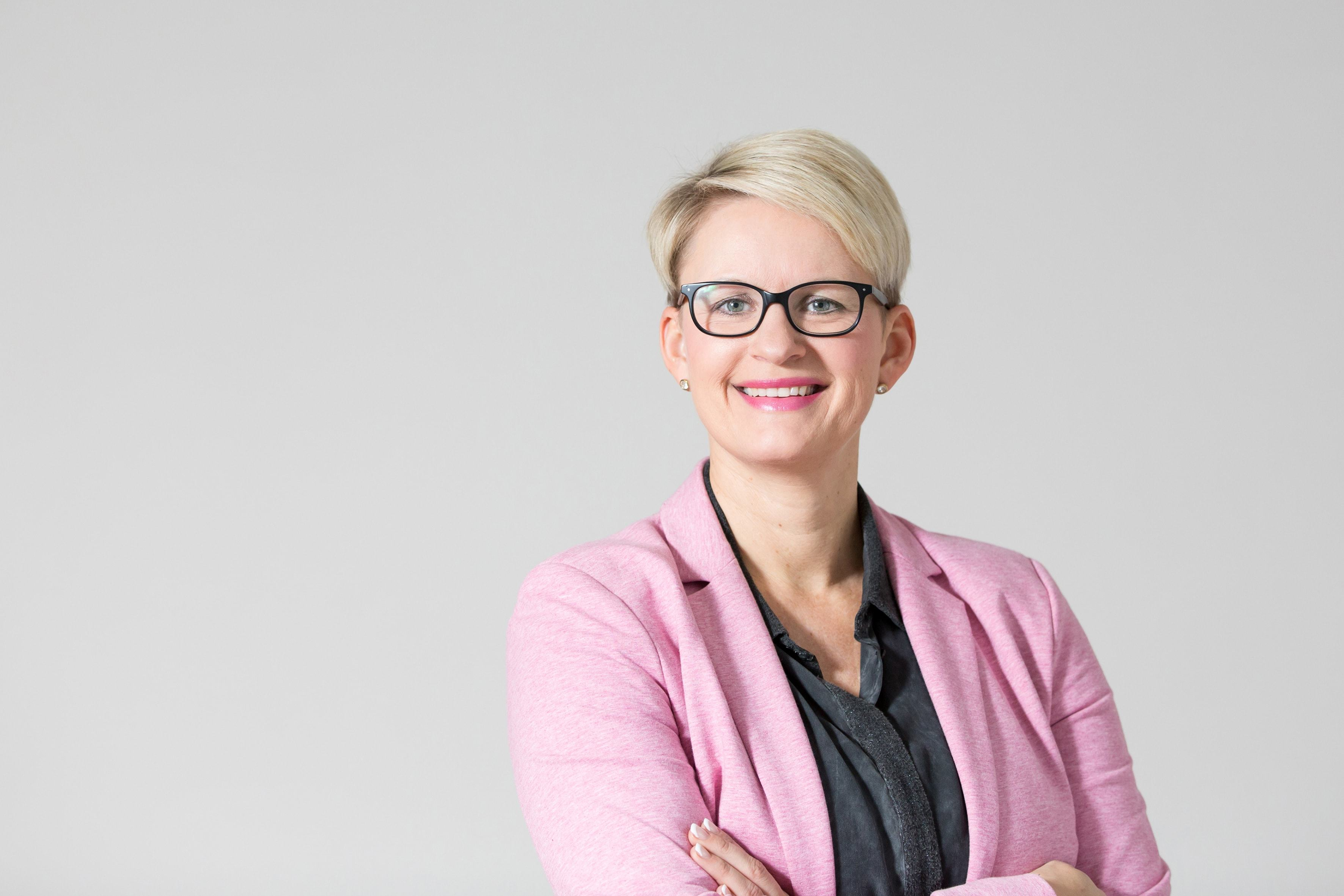 Bianca Boss (41) aus Henstedt-Ulzburg. Die Versicherungsfachwirtin ist seit mehr als zehn Jahren Pressereferentin des Bunds der Versicherten. Zuvor betreute Sie die Rahmenverträge der Mitglieder und gab ihr Fachwissen in der Beratung weiter.