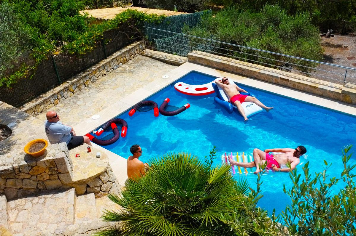 Ein eigener Pool nur für dich und deine Freunde? Ferienhäuser machen diesen Traum erschwinglich.