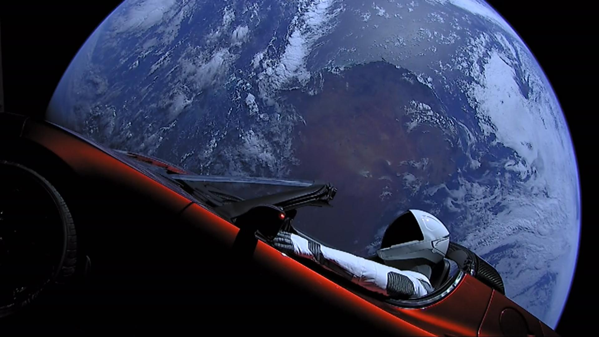 Ein Bild, das durch die Welt ging. Mit seinem Raumfahrtprogramm SpaceX schoss Elon Musk einen Tesla Roadster ins All. Besseres Marketing geht nicht.