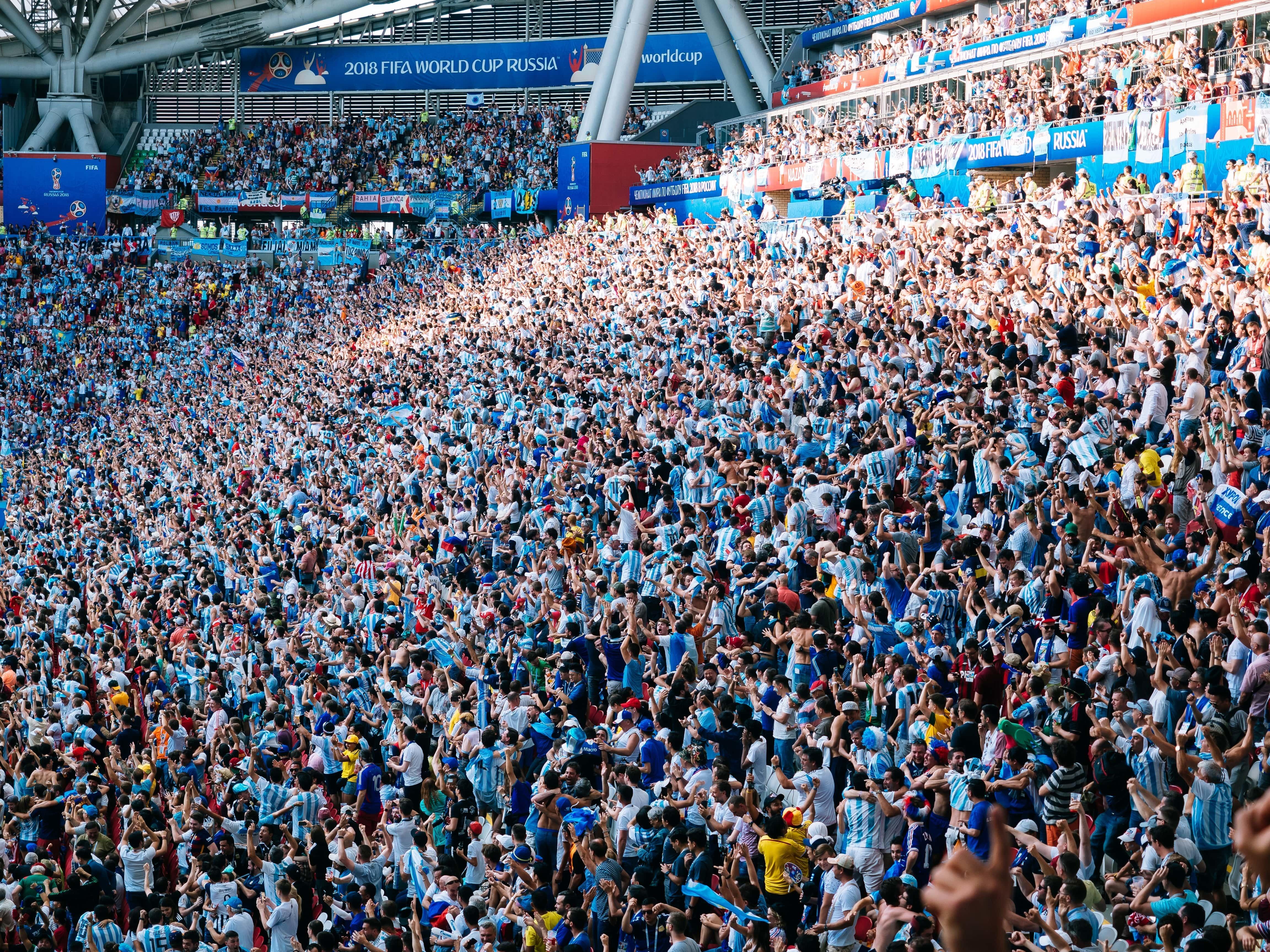 Bald darf wieder gegrölt und gejubelt werden – allerdings von der Couch aus. Denn aller Voraussicht nach will die Bundesliga den Betrieb am 15. Mai wieder aufnehmen und zumindest Geisterspiele ohne Zuschauer durchführen.