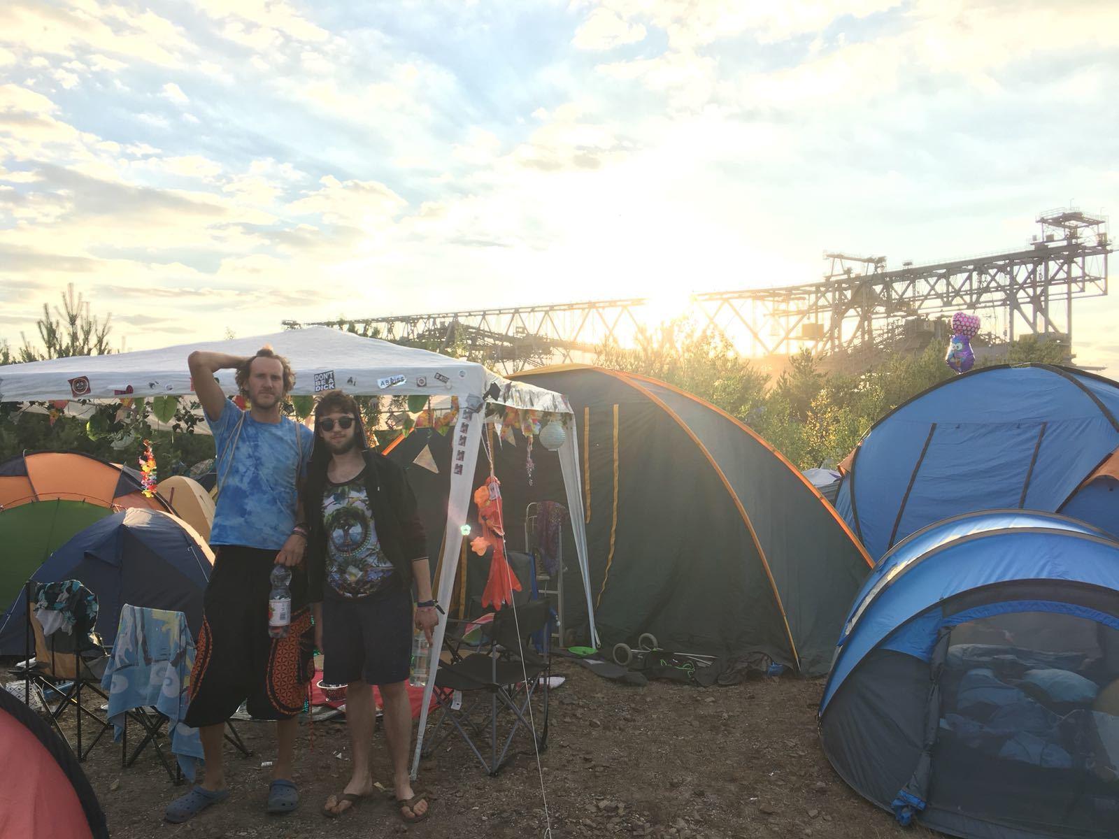 Marco Und Karik In Ihrem Camp