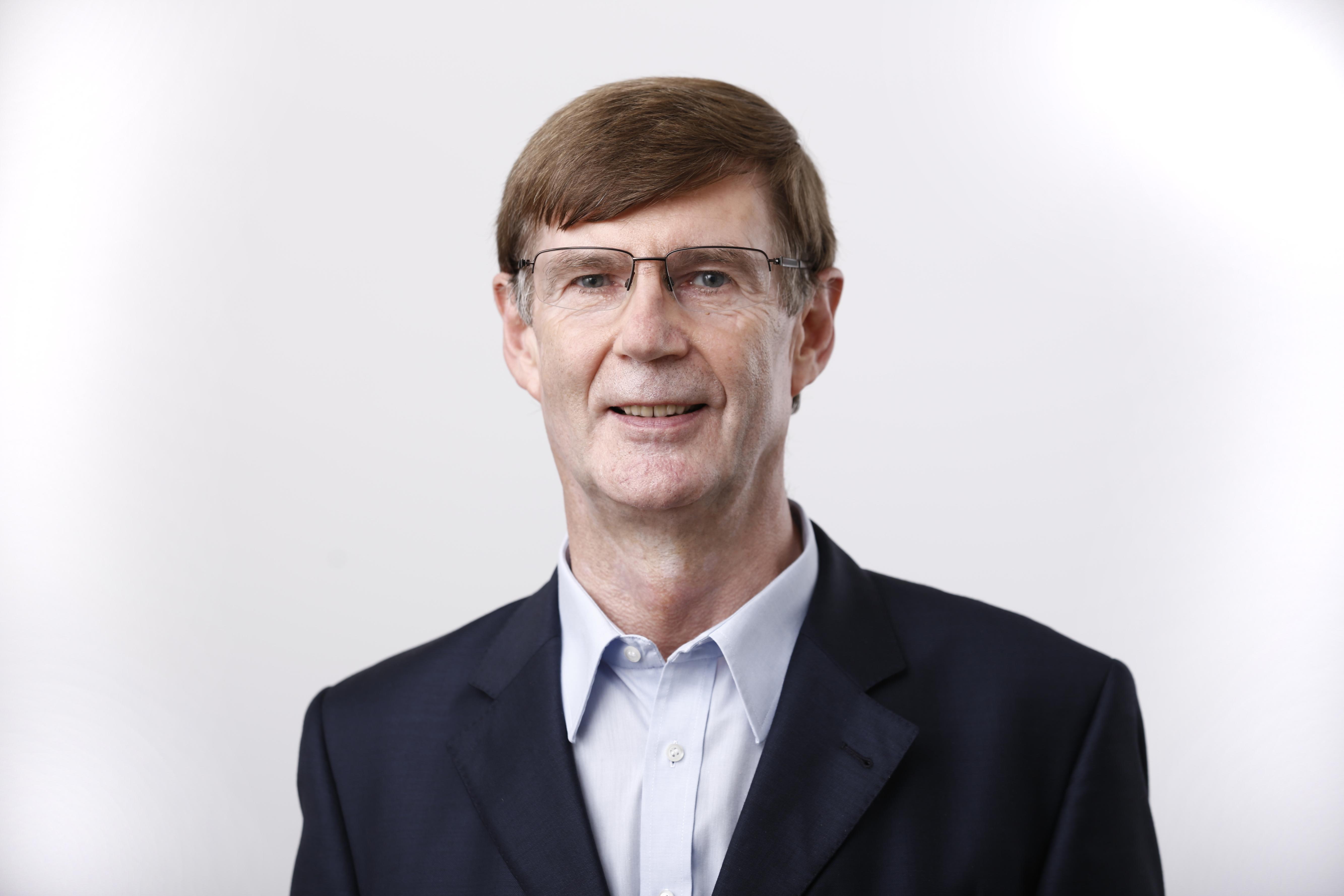 Finanzexperte Max Herbst (67) aus Frankfurt. Der Infobroker für Zinsinformationen startete seine unabhängige Finanzberatung Beratung FMH 1986 mit Focus auf Baufinanzierung.
