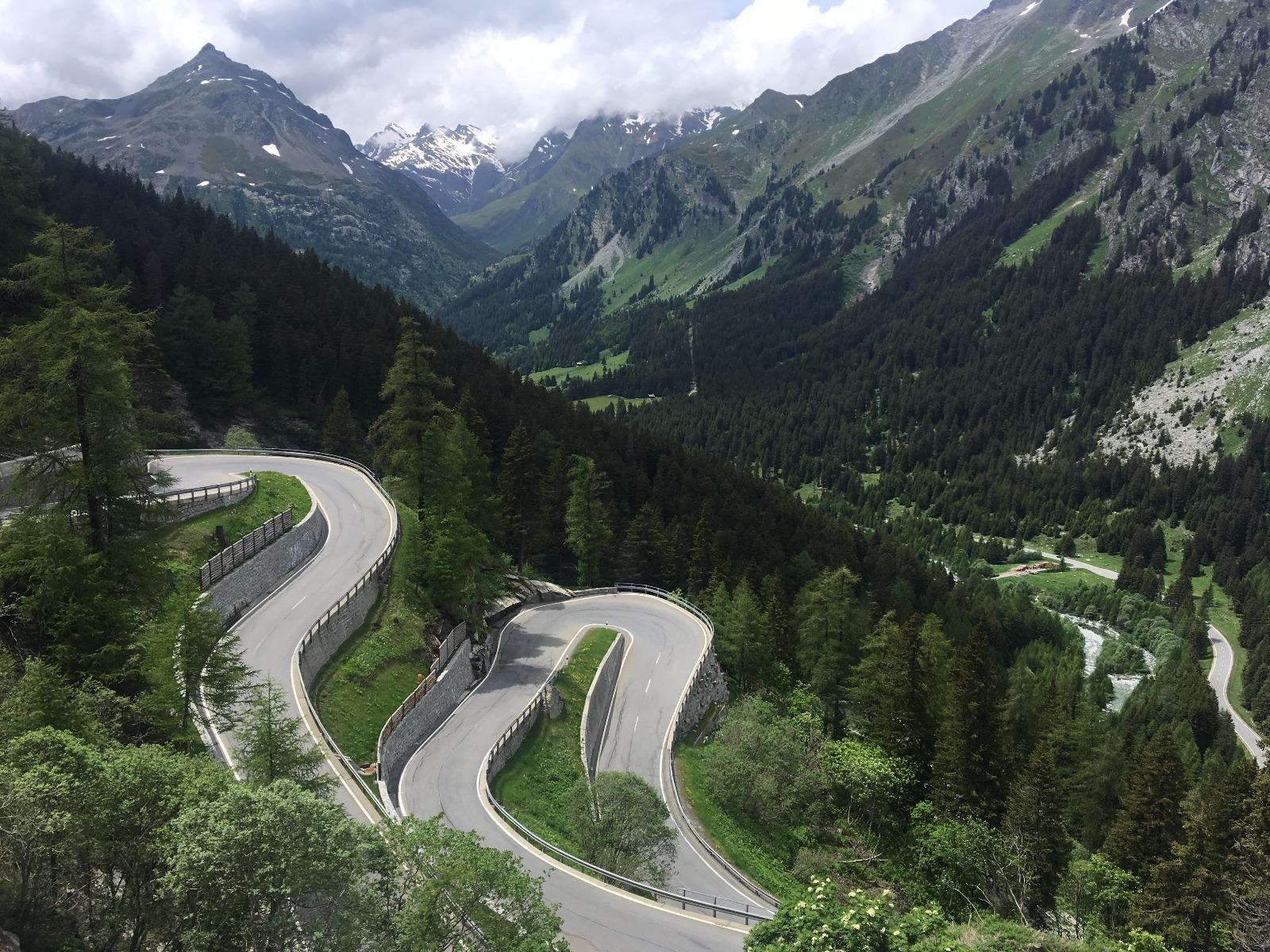 Hier sind sie runtergeheizt: Serpentinen in den Alpen