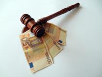 Geld Unter Dem Richterhammer
