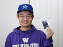Junger Mann Mit Kreditkarte