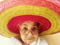 Oma mit Hut.
