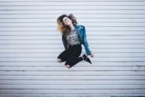Springende Frau.