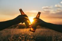 Zwei Bierflaschen beim Anstoßen