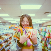 Lächelnde Frau mit Süßigkeiten