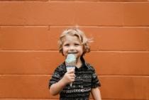Ein Eis, ein Junge.