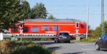 Regionalbahn quert Straße und Autos müssen halten