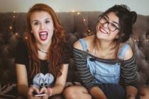 Zwei Mädchen lachen in die Kamera