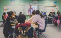 Lehrer beim Unterrichten einer Klasse