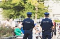 Zwei Polizisten im Dienst in Erlangen