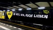 Ein Zug der BVG mit neuem Anstrich